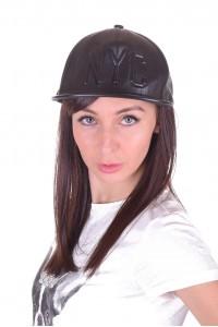 Спортна дамска шапка от изкуствена кожа